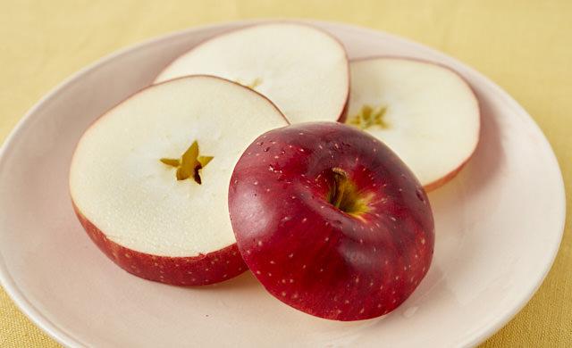 りんごの輪切りの写真