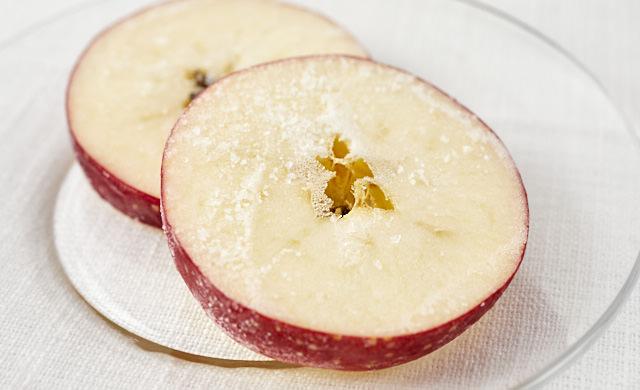 冷凍したりんごの輪切りの写真