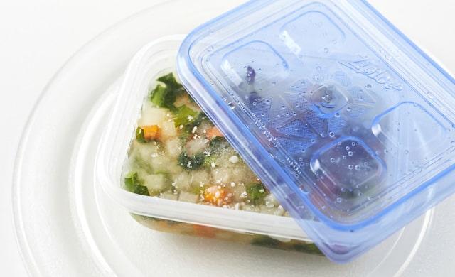 冷凍野菜コンソメスープを解凍しようとしている写真
