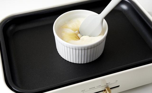 チーズ液を混ぜている写真