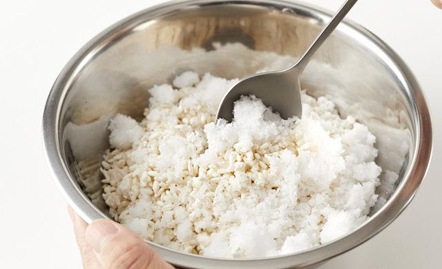 塩と麹を混ぜている写真