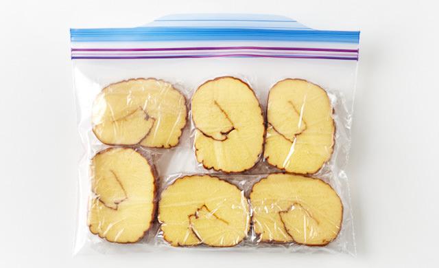 冷凍用保存袋に入れた伊達巻の写真