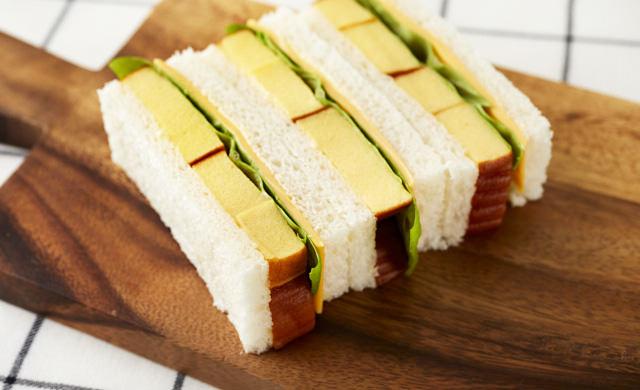 伊達巻のサンドイッチの写真