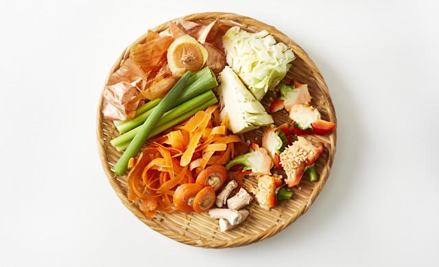 野菜くずをざるに並べた画像