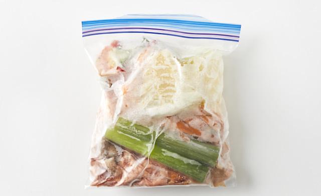 野菜くずを冷凍用保存袋に移した画像