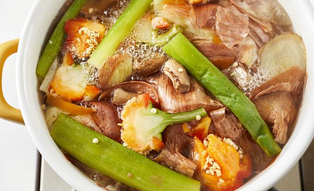 野菜くずを煮出している写真