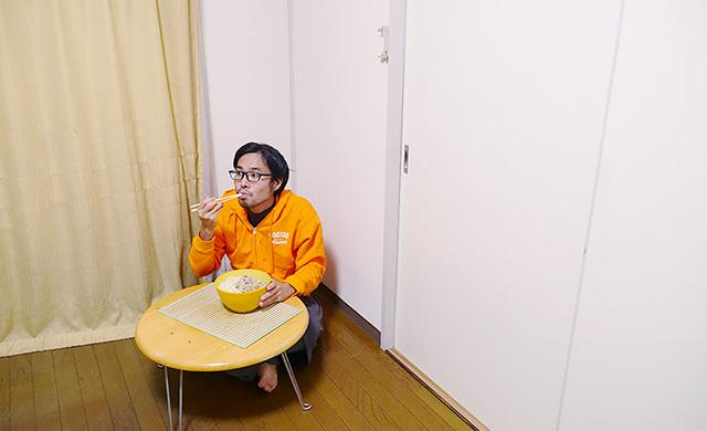 自宅で食事をする地主さん