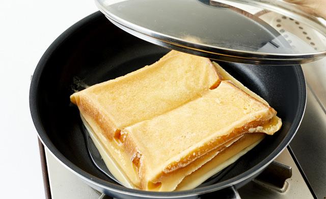 フライパンに凍ったフレンチトーストを入れた写真