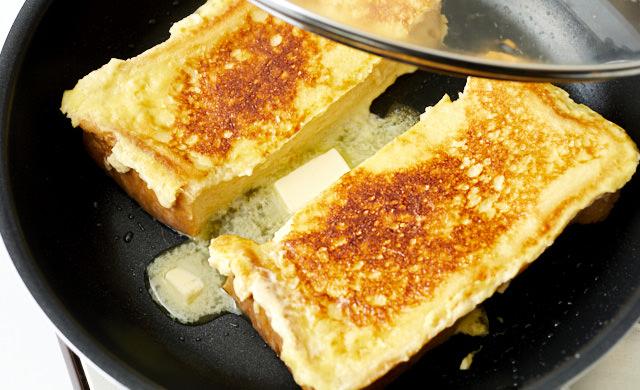 裏返してバターを入れた写真