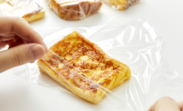 フレンチトーストを1切れずつラップで包んだ写真