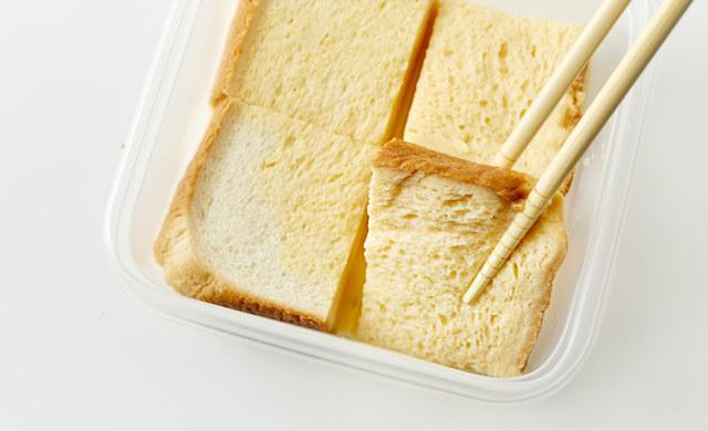 卵液に浸したパンをひっくり返している写真