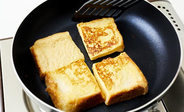 フレンチトーストを焼いている写真