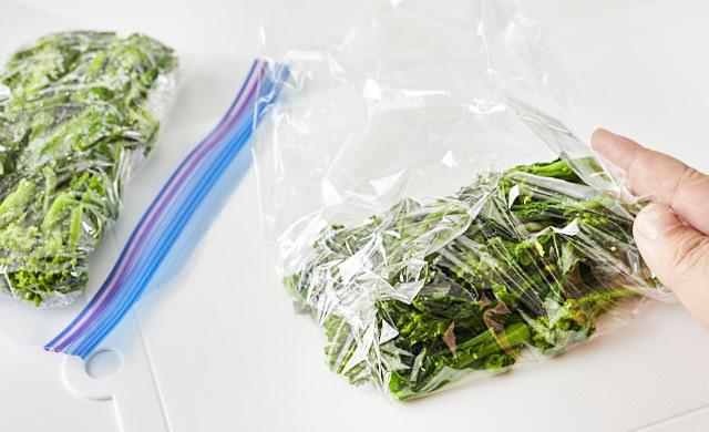 菜の花をラップに包む写真