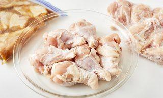 左に冷凍した下味冷凍の鶏手羽元、中央に生の鶏手羽元、右に冷凍した鶏手羽元の写真