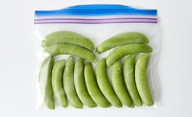 冷凍用保存袋に入れたスナップエンドウの写真