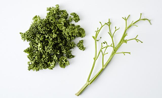 パセリを葉と茎にわける写真