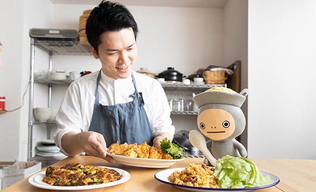 今井先生とイタメくんの前に料理が並ぶカット①