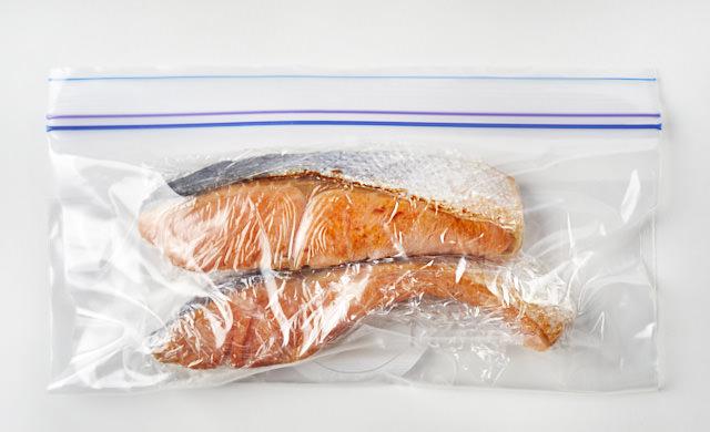 冷凍用保存袋に入れた焼き魚の写真
