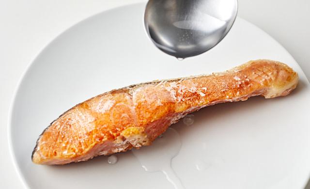 凍った焼き魚に水分を加えている写真