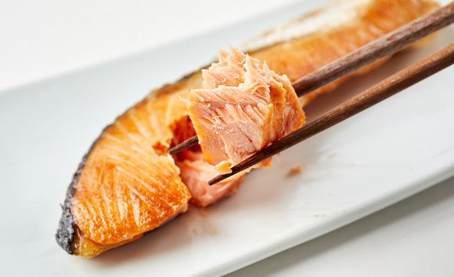 解凍した鮭の焼き魚の写真