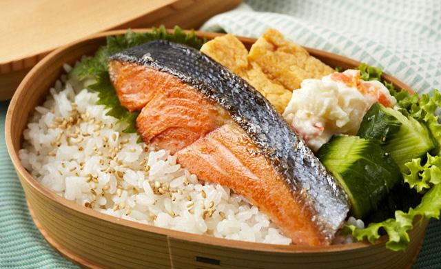 焼き魚の入ったお弁当の写真