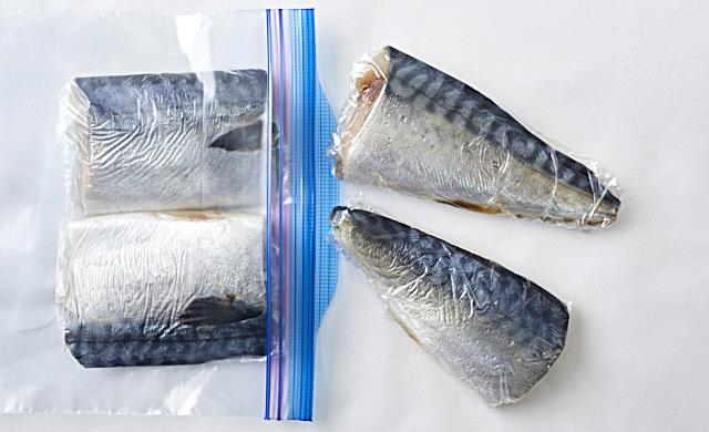 塩サバを冷凍用保存袋に入れいている写真
