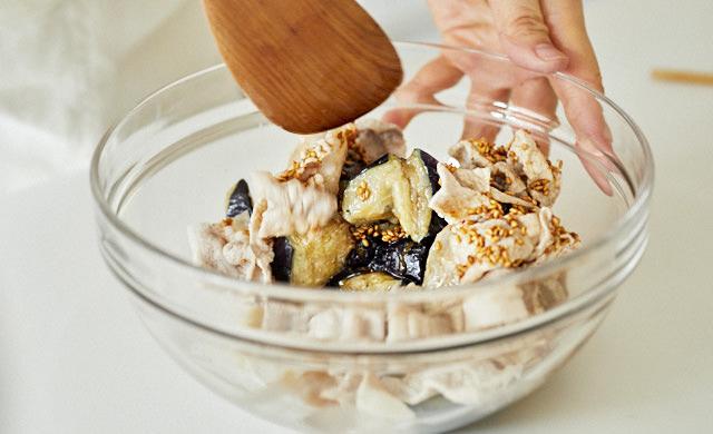 揚げなすを豚肉と調味料で和えている写真