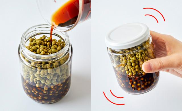 実山椒に粗塩を混ぜているところ写真/瓶を振っているところ写真