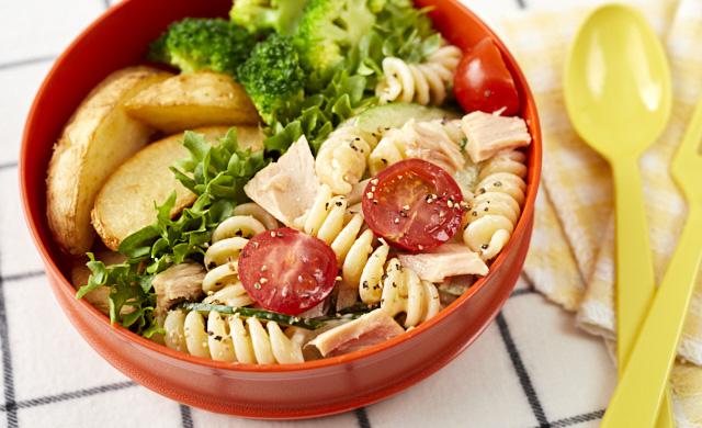 サラダパスタ弁当の写真