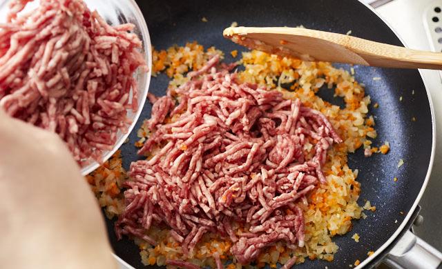 炒めた野菜に挽き肉を加えた写真