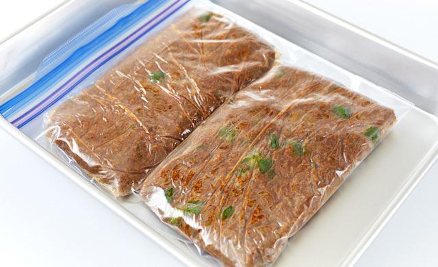 ラップで包み冷凍用保存袋に入れている写真