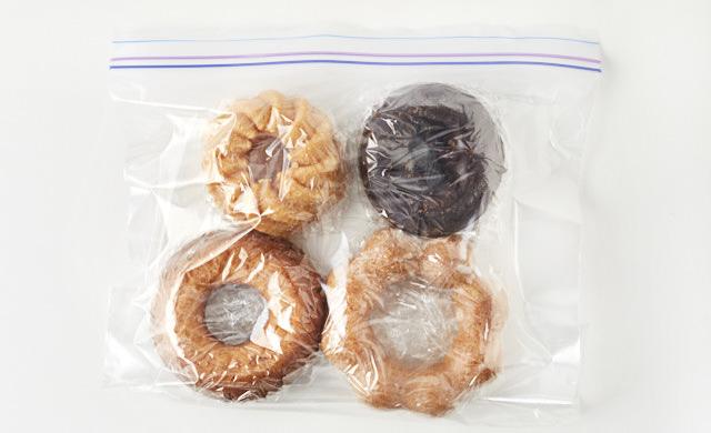 冷凍用保存袋に入れたドーナツの写真