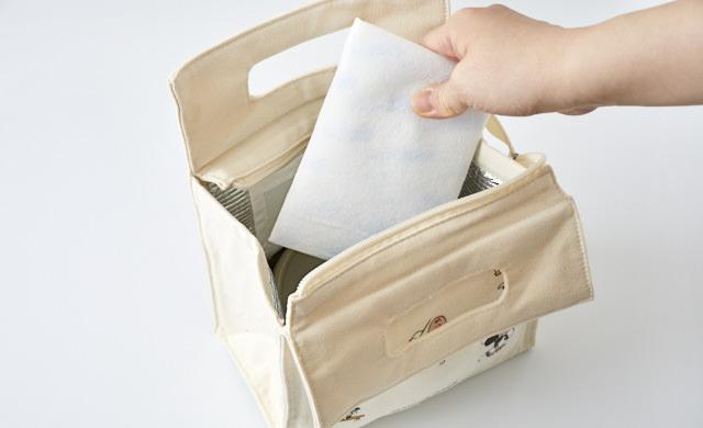 保冷バッグに保冷剤を入れている写真