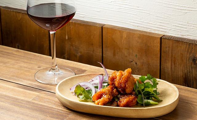 『たれづけ唐揚げ』と赤ワインの写真
