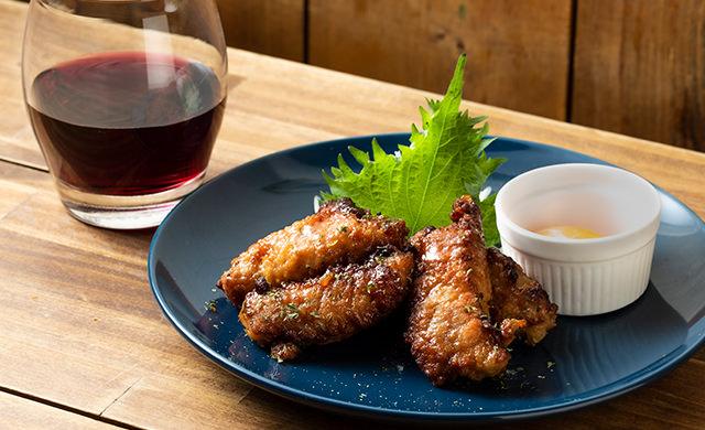 『なんこつ入り鶏つくね』と赤ワインの写真