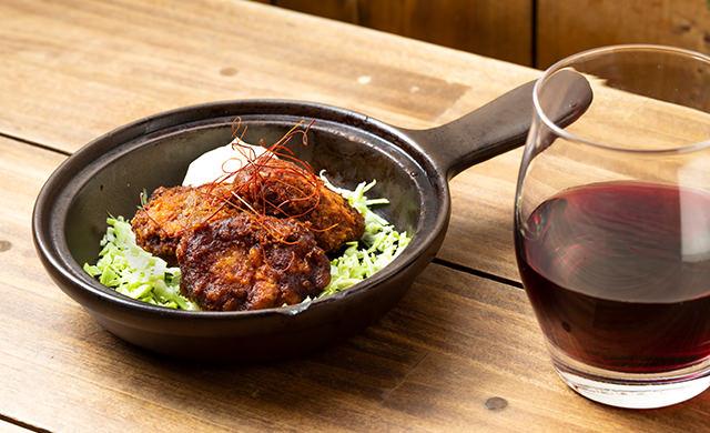 『名古屋みそカツ』と赤ワインの写真
