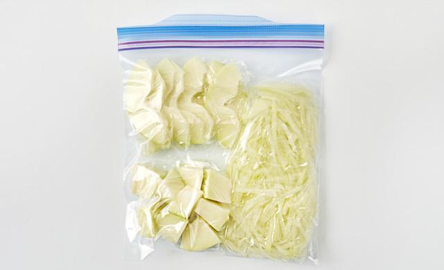 下処理した青パパイヤを冷凍用保存袋に入れた写真