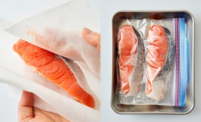 塩鮭の水気を拭き取っている写真/冷凍用保存袋に入れた写真
