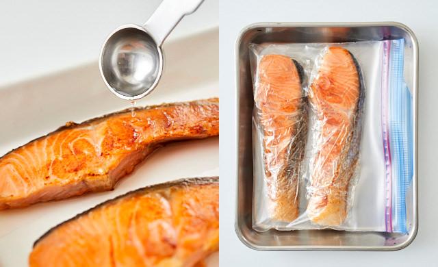 焼き鮭に酒をふっている写真/冷凍用保存袋に入れた写真