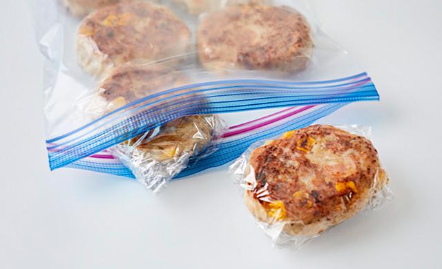はんぺんハンバーグを冷凍用保存袋に入れている写真