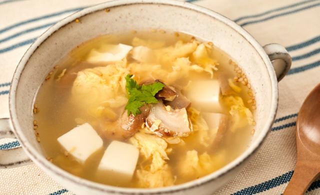 豆腐としいたけの軸の中華スープの写真
