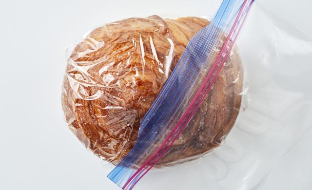 ラップに包んで冷凍用保存袋に入れるパン屋のパンの写真