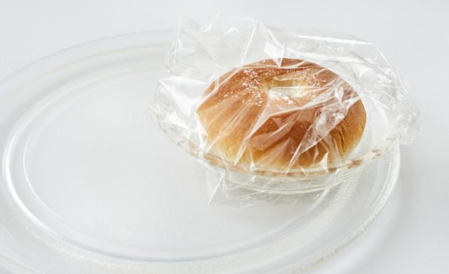 電子レンジで加熱しようとするパンの写真
