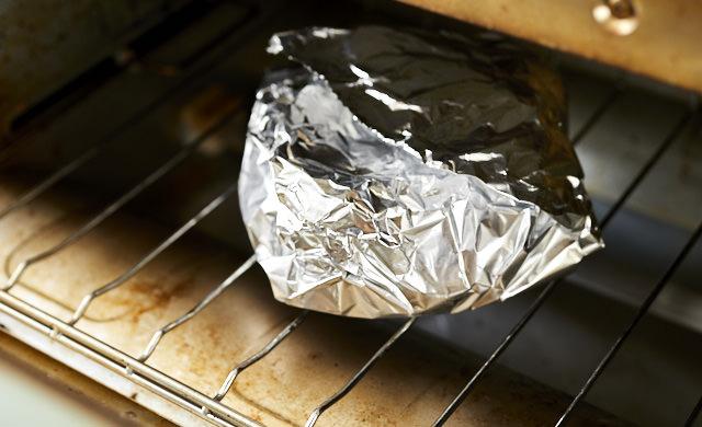 オーブントースターで焼こうとするパンの写真