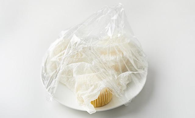 ペーパタオルを被せ、ラップをした蒸しパンの写真