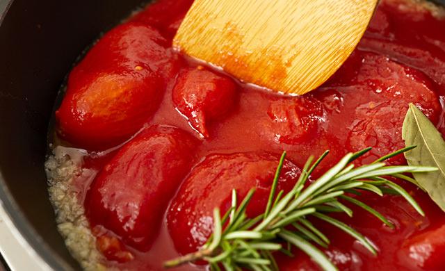 トマトを潰す写真