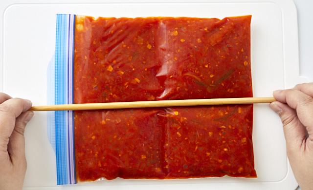 箸で筋を付ける写真