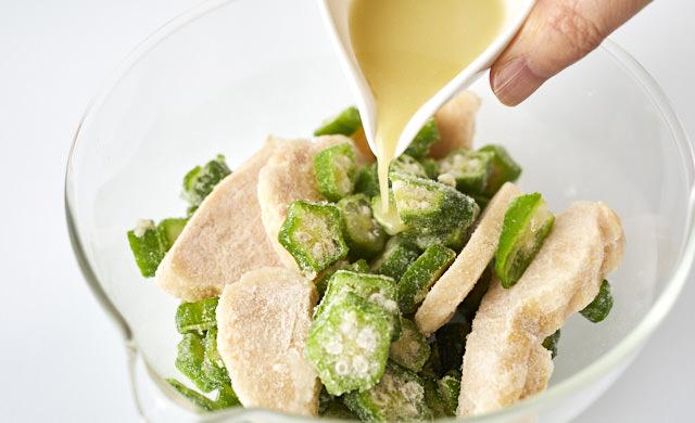 オクラ・サラダチキンに調味料を加えている写真