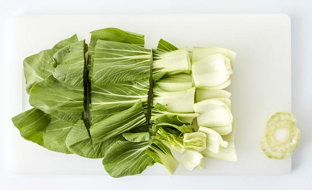 チンゲン菜を切っている写真