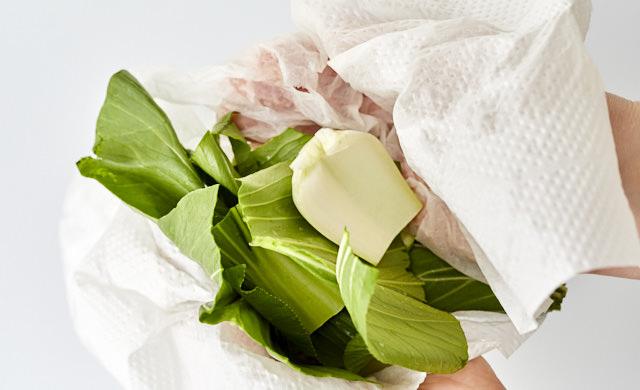 チンゲン菜の水気を拭き取っている写真